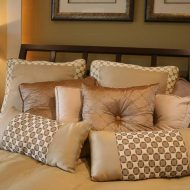Poduszki w sypialni fot. dighomedesign.com