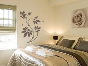 Motyw kwiatowy na ścianie fot. Halina Kucharczyk Studio-Grafik