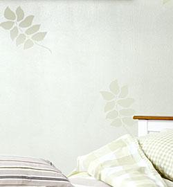 Ściana w bieli ze wzorem fot. Tikkurila