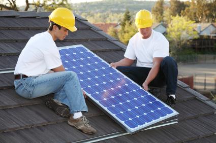 montaż paneli solarnych na dachu