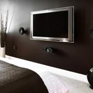 telewizor w sypialni, na ścianie