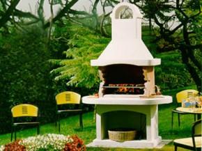 murowany grill w ogrodzie