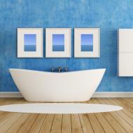 Błękitna nowoczesna łazienka z drewnianą podłogą