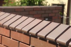 Górną krawędź ogrodzenia można wykończyć cegłami kształtowymi fot. Roben