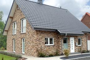 Współczesna wersja klasyki - elewacja z cegły nawiązującej do starych murów w zestawieniu z nowoczesnym, antracytowym dachem. fot. Roben